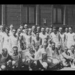 1936: Turner vor dem katholischen Gemeindehaus