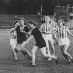 1946: Teil der Frauen-Handballmannschaft (im gestreiften Trikot), v.l. Julia Fries, Erika Eller, Käthe Prinz, Ilse Beck, Gerturd Fries