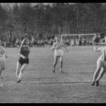 1946: Mädchen- und Jugendturnerinnen nach dem Krieg vor der Riedschule