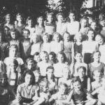 1946: Teil der Frauen-Handballmannschaft (im gestreiften Trikot), v.l. Inge Neis, Gertrud Fries, Trudel Maisch