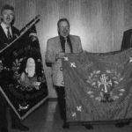 1999: Der Vorstand - Vorsitzender Günter Brümmer, Stellv. Vorsitzende Manfred Biersch und Dr. Hartmut Braun mit den Fahnen des Turnvereins von 1874 und des Arbeiter-Turnvereins (Freie Turnerschaft) von 1907